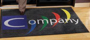 שטיח עם לוגו