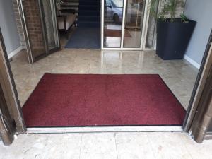 שטיח כניסה בבית מלון - שטיחי כניסה גדולים
