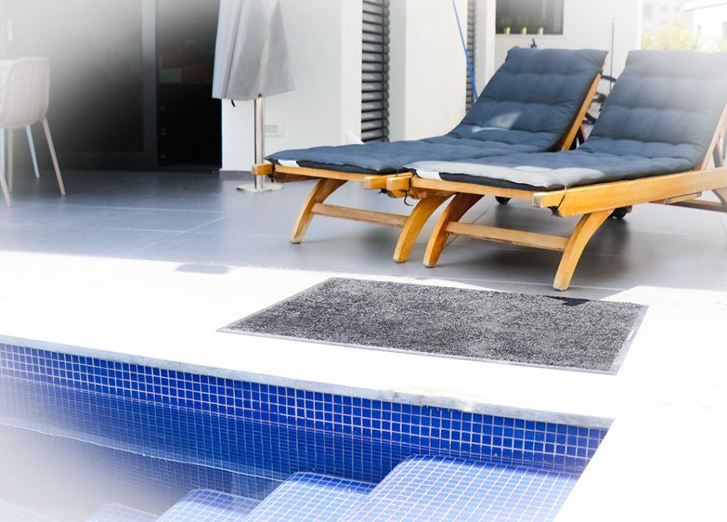 שטיחי מניעת החלקה לבריכה